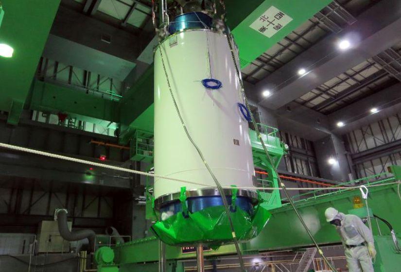 566267-mise-en-place-du-caisson-qui-servira-a-retirer-les-assemblages-de-combustible-nucleaire-usage-le-18-